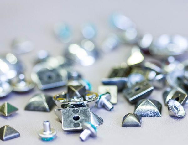 Esemplari di minuterie metalliche per la moda